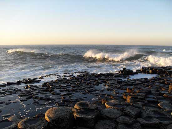 La Calzada de los Gigantes brillando mojada por las olas