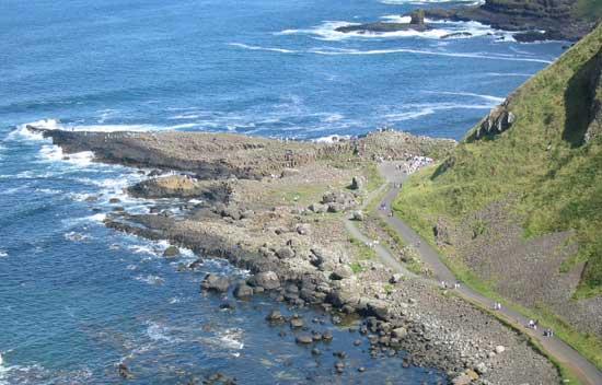 vista aérea de la Calzada de los Gigantes, costa de Irlanda