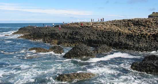 el mar, rompe sobre la Calzada de los Gigantes, costa de Irlanda