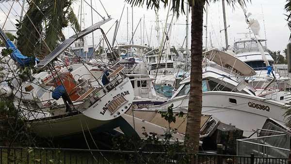ciclón Yasi barcos amontonados en cardwell, Australia