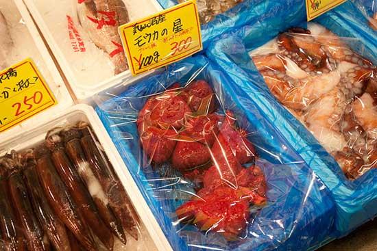 corazones curdos de tiburón en una pescaderia de Kesennuma, Japón