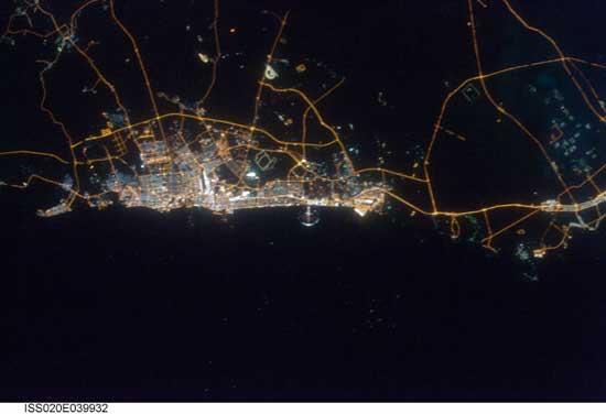 imagen nocturna de Dubai desde el espacio
