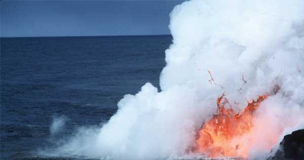 lava entra en el mar en las islas Hawaii