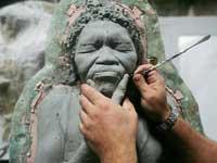 Jason deCaires Taylor prepara una escultura para el Museo subacuático