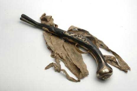 pistola pirata y cinta para sujetarla