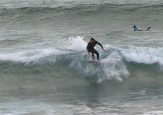 tabla surf inteligente de Pukas en el mar