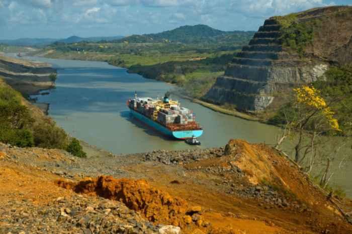 un buque de carga cruza el Canal de Panamá