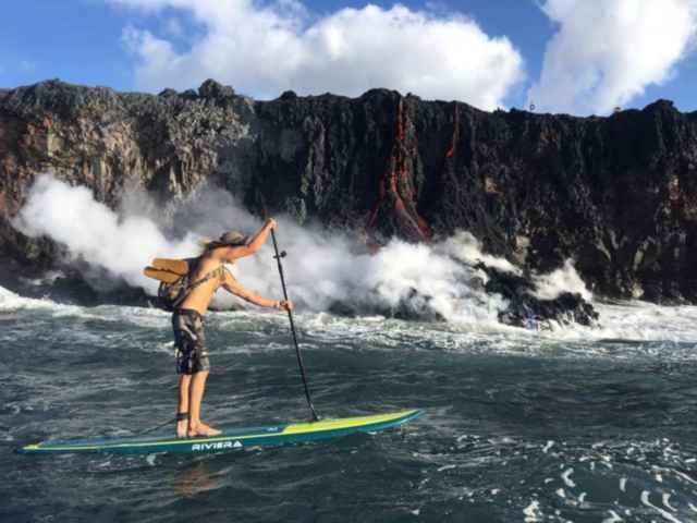 lava fluye hasta el océano en Hawái