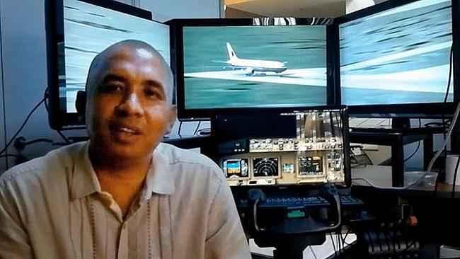 Zaharie Ahmad Shah en el simulador de vuelo de su casa