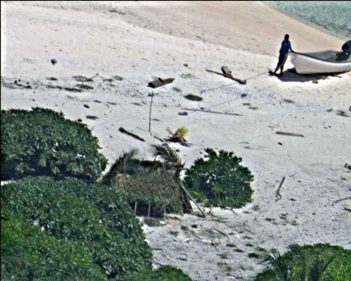 marineros escriben en la arena SOS gigante