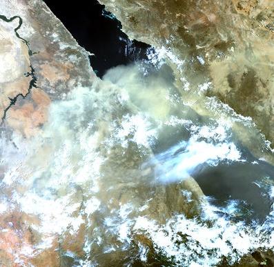 Tormenta de polvo sobre el Mar Rojo