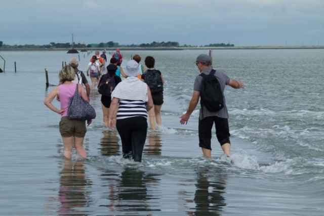 gente atravesando el Passage du Gois