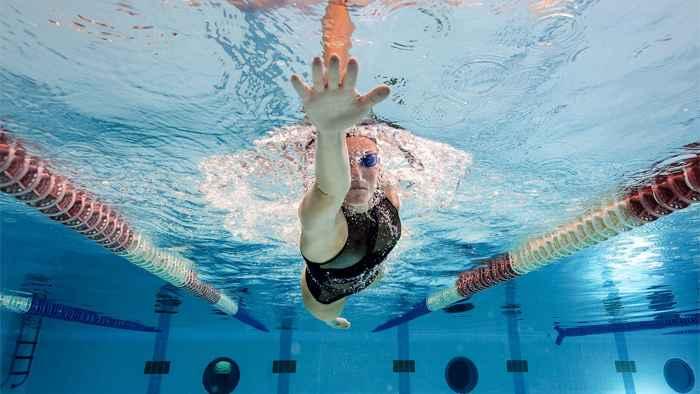 nadadora con dedos extendidos