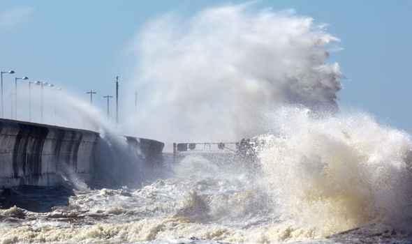olas de tsunami golpean la costa