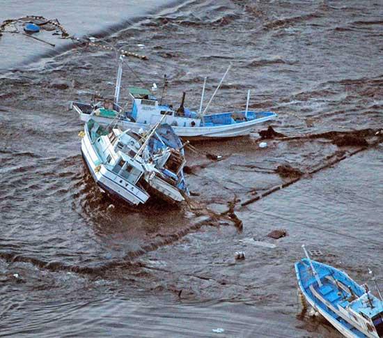 barcos varados por el tsunami de Japón, marzo de 2011