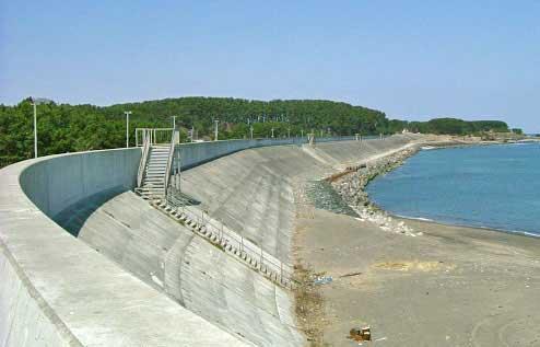 barrera contra tsunamis en la costa de Japón