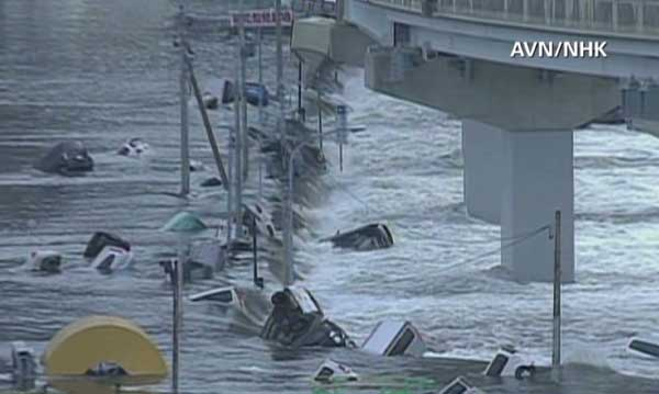 coches arrastrados por el tsunami en Japón