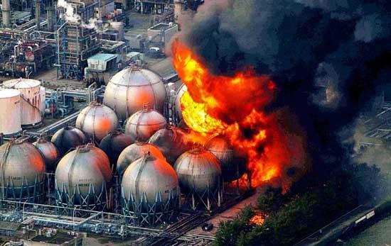 incendio en una planta de gas tras terremoto en Japón, marzo 2011