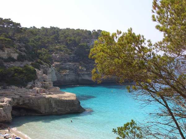 una típica cala en la Isla de Menorca, Baleares