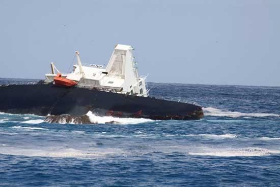 El MS Oliva encallado en la Isla de Nightingale