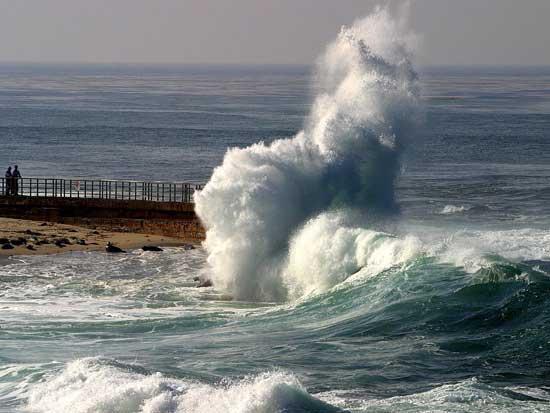 ola rompiendo en la costa