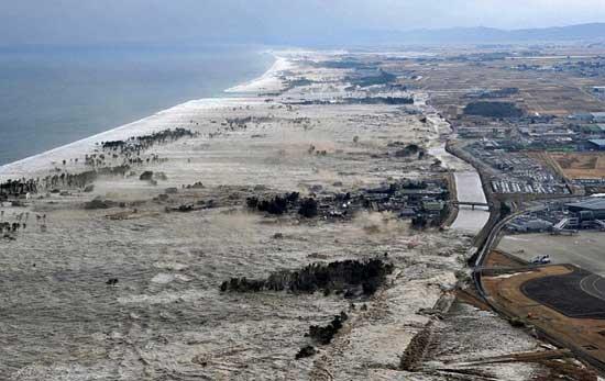ola del tsunami en la costa de Japón, marzo 2011