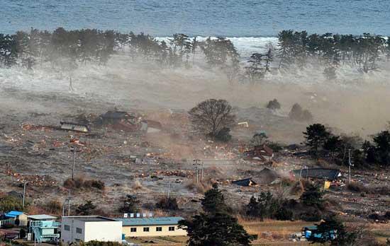 ola de tsunami golpea la costa de Japón, marzo 2011