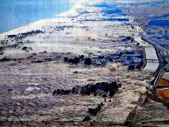 olas sobre la costa en Iwagami-cho, Japón - tsunami marzo 2011
