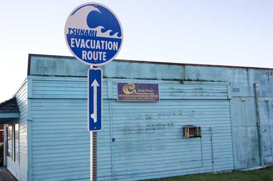 señal ruta de evacuación para un tsunami