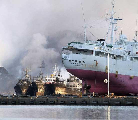 tsunami Japón barcos dañados