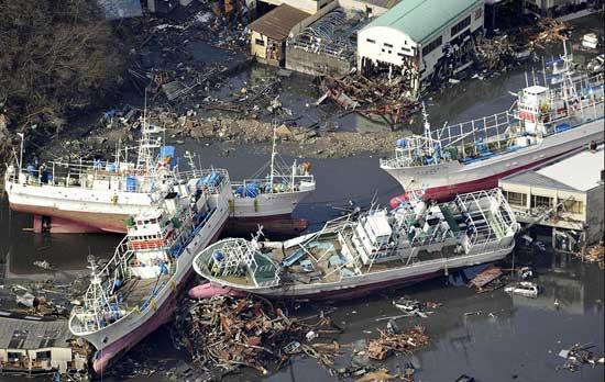 tsunami Japón barcos varados en la costa