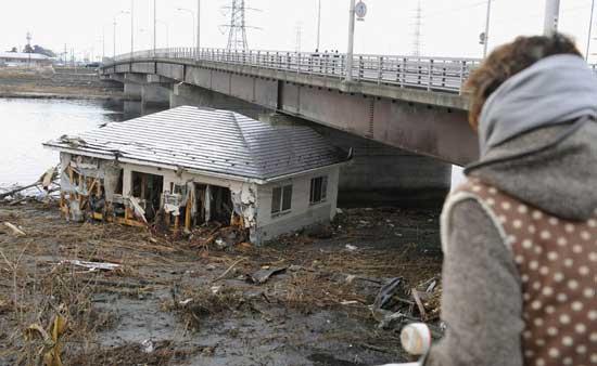 tsunami Japón, marzo 2011, casa arrastrada bajo un puente