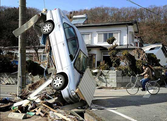 tsunami Japón, marzo 2011, coche colgado de semáforo