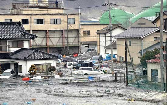 tsunami Japón, marzo 2011, coches arrastrados por la ola