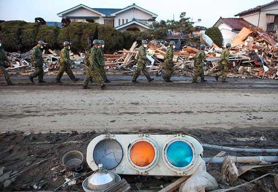 tsunami Japón, marzo 2011 - el ejercito en tareas de rescate