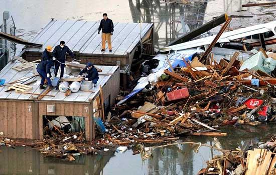 tsunami Japón, marzo 2011 - escombros arrastrados por el mar