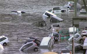 tsunami Japón 11 de marzo 2011, coches tras la inundación de las olas