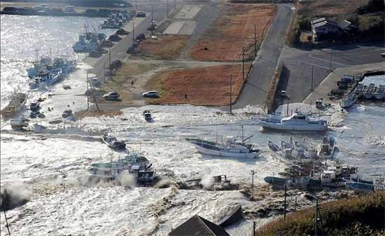 tsunami Japón 11 de marzo 2011, las olas arrastran los barcos