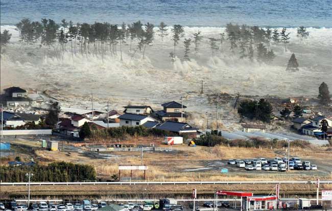 tsunami Japón 11 de  marzo 2011, ola sobre la costa