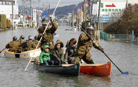 tsunami Japón, rescate con barcas en las zonas inundadas por el mar