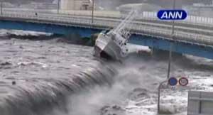 tsunami de Japón sobre la costa de Miyako arrastra un barco