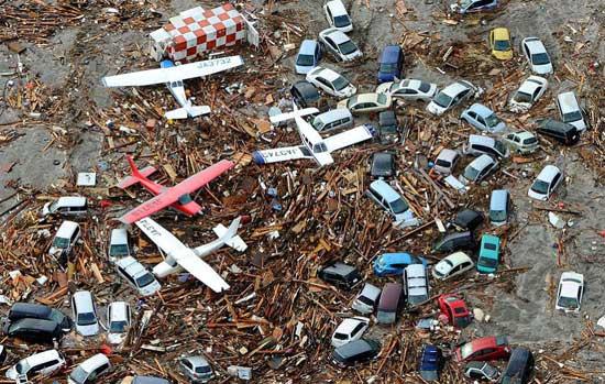vehículos y aviones arrastrados por el tsunami, Japón marzo de 2011