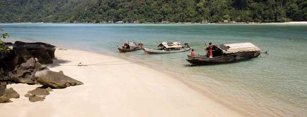 barcos moken (kabang) anclados en una playa
