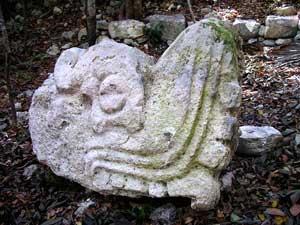 talla maya de una cabeza de serpiente