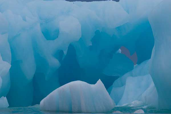 impresionantes tonos de azul en el hielo de un glaciar del Noroeste de Groenlandia