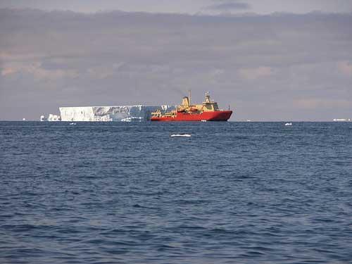 buque de investigación MV Nathanial Palmer junto a un icenerg