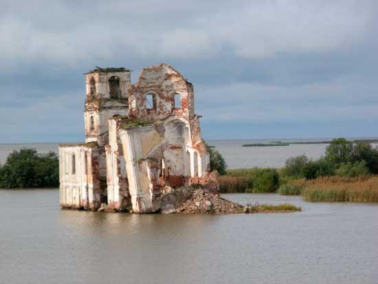 iglesia sumergida en Krokhino, Rusia
