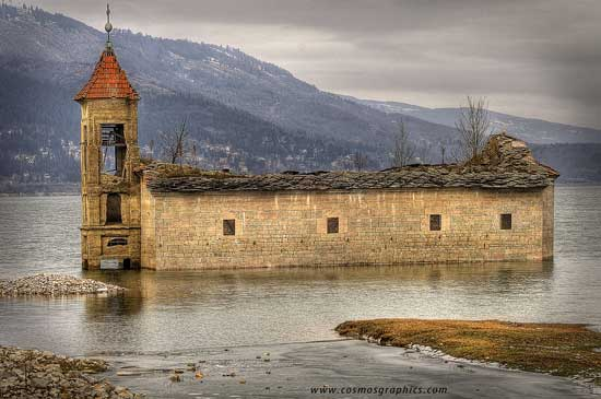 Iglesia sumergida en Mavrovo, Macedonia