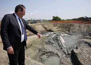 ministro Giancarlo Galan visita sitio arqueológico de antiguo barco romano