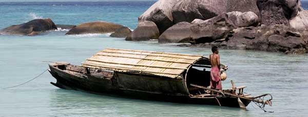 moken en su barco (Kabang)
